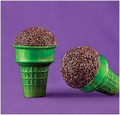 how cute!! microphone cupcakes!!!