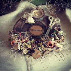 Çiçekli nişan tepsisi, söz ve nişanlarınızda yüzüklerin sunumu için kullanılmaktadır. Dilerseniz hatıra olarak evinizde kullanmaya devam edebilirsiniz.