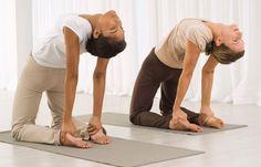 Rück-Crunch - Die besten Übungen für die Taille - Diese Übung hat es ganz schön in sich, auch wenn sie auf den ersten Blick harmlos wirkt. Neben der Taille tun Sie etwas für Ihren Rücken. So geht's: Knien Sie sich auf eine Matte, die Beine sind schulterbreit geöffnet...