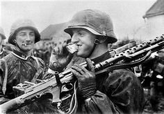 Soldiers of the SS Panzer Division Das Reich German Soldiers Ww2, German Army, Military Photos, Military History, Luftwaffe, Mg34, Germany Ww2, Man Of War, German Uniforms