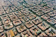 Ład i porządek. To nie są budowle z klocków LEGO, czy projekty układów scalonych, a widok z lotu ptaka na dzielnicę Eixample w Barcelonie. Ten geometryczny układ ulic przez wielu jest podawany jako modelowy przykład miejskiej architektury. Chociaż każda ulica z perspektywy przechodnia może być nudna, widok z góry robi wrażenie.  Zdjęcie: http://tiny.pl/qvf3c