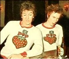 Steve Johnes and Johnny Rotten.Johnny looks sexy;)