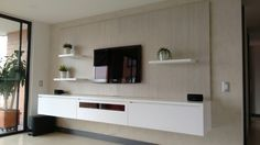 Mueble flotado para TV color blanco.