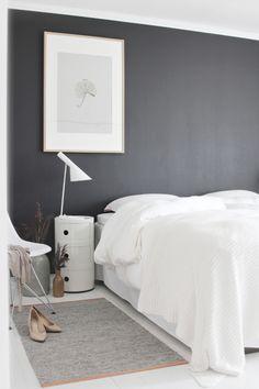 Fint nattbord, lampe og farge på vegg