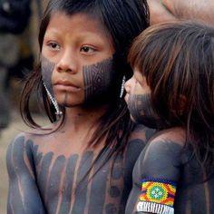 Belém/PA -Crianças indígenas da etinia Caiapó observam suas mães fazerem pinturas nos participantes do FSM