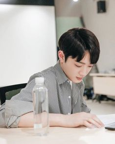 "190212 Hot Idol Weibo updated Kuanlin who first reading the script ""A little thing called first love"" and met Liang You Nian. Love 020, Surfing Quotes, Sunset Quotes, Boy Idols, Guan Lin, New Beginning Quotes, Cute Korean Boys, Lai Guanlin, Kdrama"