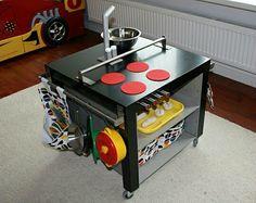Avec du masking tape tout est permis!  La bonne vieille table de chez IKEA, robuste, pas chère et idéale dans n'importe quelle...