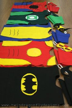Perfect for a superhero theme- A great tutorial for no sew super hero costumes made from felt. Older kids will love helping and even designing their own costume. Diy Superhero Costume, Superhero Party, Childrens Superhero Costumes, Superhero Suits, Batman Party, Tutorial Fantasia, Karneval Diy, Costume Tutorial, Halloween Disfraces