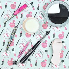 Everyone needs a few cute and very handy beauty tools in their life!  I've got 6 of them from @tweezermanca #ontheblog today!
