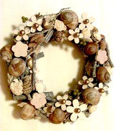Věnec - podzimní květy s ulitami, 24 cm přírodní větévkový věnec s dřevěnými kytičkami různých tvarů a velikostí - patinováno, dozdobeno zlatými bobulkami, bukvicemi, šišky, dominantou jsou šnečí ulity 24 cm