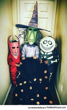 Looking for DIY Halloween Costumes? Here are Easy DIY Halloween Costumes for Kids and Adults. These Halloween Costumes are also for groups & couples. Trio Halloween Costumes, Fröhliches Halloween, Christmas Costumes, Family Halloween, Holidays Halloween, Halloween Decorations, Homemade Halloween, Trio Costumes, Halloween Outfits