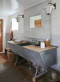 Dos baños rústicos y rudimentarios