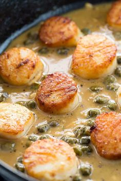 Pan Seared Scallops with Lemon Caper Sauce Golden brown scallops sitting in a lemon caper sauce Source by abeachgirl Seafood Recipes, Gourmet Recipes, Chicken Recipes, Cooking Recipes, Healthy Recipes, Cooking Game, Healthy Chili, Easy Cooking, Recipes Dinner