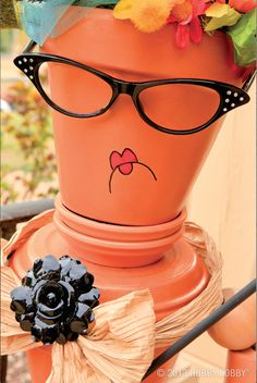 Who says pots have no personality? This fiesty terra-cotta lady shows otherwise! I don't think I want to make a whole clay pot lady, but wouldn't it be fun to have a group of clay pot girlfriends? Clay Pot Projects, Clay Pot Crafts, Crafts To Make, Arts And Crafts, Flower Pot Art, Clay Flower Pots, Flower Pot Crafts, Diy Flower, Flower Pot People