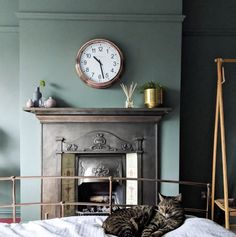 10 Beautiful Rooms - Mad About The House Card Room Green Farrow And Ball, Farrow And Ball Living Room, Farrow And Ball Paint, Living Room Green, Green Rooms, Farrow Ball, Rustic Bedroom Design, Interior Design Living Room, Sage Green Bedroom