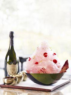 JW 메리어트 동대문 스퀘어 서울 <돔 빙수>. <돔 빙수>는 눈꽃 얼음 위에 레몬 껍질과 딸기 쿨리로 만든 진한 딸기 샐러드, 라즈베리 패션 프루트 셔벗으로 만들어 진다. 이에 샴페인의 대명사인 2005년 산 돔 페리뇽(Dom Perignon)이 곁들어지며, 구름모양의 솜사탕, 식용 장미 잎 그리고 금박 장식되는 세계 유일의 샴페인 빙수이다. 가격은 2인 기준 8만원(세금 및 봉사료 포함)이며 이 가격에는 6만 5천원의 돔 페리뇽 샴페인 1잔이 포함된다.