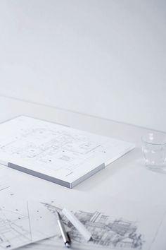 デザイナー向け雑貨ブランドSOGU。A用紙を整えておいておくためのトレー。用紙ジャストサイズであることで紙のコバが揃うほどの心地よさがあります。#SOGU #A3 #A4 #A5 #TRAY #DESIGN #PRODUCT #SIMPLE #COOL Paper