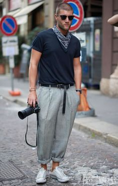 See the latest men's street style photography at FashionBeans. Browse through our street style gallery today - updated weekly. Streetwear, Mens Dressing Styles Casual, Americana Vintage, Men's Street Style Photography, Modern Mens Fashion, Bandana Styles, Stylish Mens Outfits, Mens Style Guide, Men Street