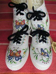 """Zapatilla de loneta pintada a mano para niña y con cordones a juego. Con un diseño inspirado en la primavera.Su talla es la  """"32"""" y sus medidas son:"""