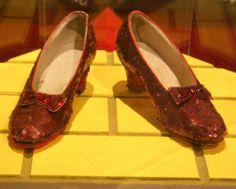 """7. Giày đính kim sa trong phim """"Wizard of Oz"""".   Bộ phim """"Phù thủy xứ Oz"""" là một hiện tượng điện ảnh của năm 1939. Cho đến nay, những món đồ cô bé Dorothy sử dụng trong phim đều được các nhà sưu tầm tranh nhau đấu giá. Đôi giày đính sequin đỏ lấp lánh của Dorothy được trang trí bằng nơ hình bướm, viền hàng chục viên đá ruby, và có giá trị 666.000 USD."""