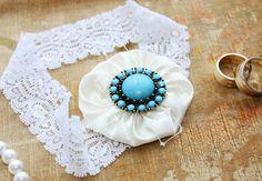 So simple... yoyo's + elastic lace = garter :)
