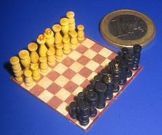 These chess pieces are apparently made with small parts for model shipbuilding | Source: Adelaide Delgado