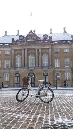We went to see Queen Daisy - as you can see, she's home. ( The Royal Flag is up) .... Tags: #Batavus, #Diva, #Bicycle, #Bike, #small #adventure, #Amalienborg, #danish #queen