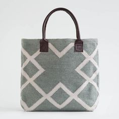 Our Juno Dove Grey bag is hand woven by craftsmen and women and made entirely from recycled plastic bottles! We only use weaving houses. Best Weave, Grey Tote Bags, Beach Gear, Dove Grey, Recycle Plastic Bottles, Everyday Bag, Shopper Bag, Green Bag, Purses And Handbags