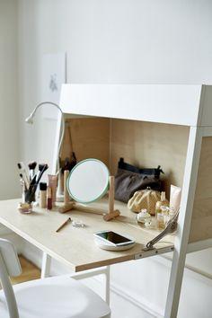 Un secreter IKEA PS 2014 puede darte muchas posibilidades, por ejemplo, un rincón de maquillaje.