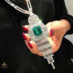 Simply exquisite emerald necklace! @legendaryjewelry #emeraldnecklace #emerald #diamond #pendant #necklace #craftsmanship #emeralds #tierraemeralds #inspiration #colombianemerald