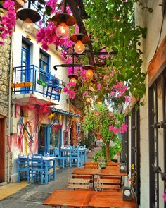Luces y color! Beautiful Places To Travel, Wonderful Places, Beautiful Streets, Beautiful Gardens, Vila Medieval, Small Restaurants, World Photography, Spanish Style, Places Around The World