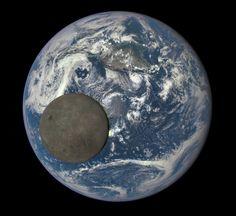 la Earth Polychromatic Imaging Camera (EPIC) de la sonda Deep Space Climate Observatory (DSCOVR)  captó esta fotografía de una Luna aparentemente llena pasando por delante de la Tierra. El hemisferio lunar e iluminado es la menos familiar  cara oculta vista desde la posición de la sonda más allá de la órbita de la Luna, entre la Tierra y el Sol.