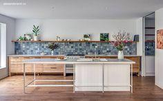kuchnia   tzw. backsplash z pięknych płytek w odcieniach niebieskiego