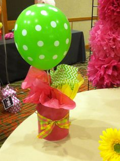 Bottom is painted coffee can. Balloon Crafts, Balloon Decorations, Balloon Ideas, Christmas Table Decorations, Birthday Party Decorations, Ballon Flowers, Birthday Basket, Graduation Balloons, Hawaiian Birthday