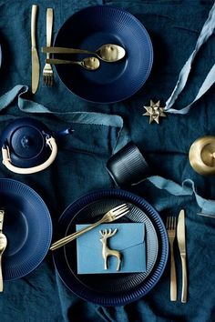 Blue Christmas Decor, Gold Christmas Decorations, Christmas Trends, Christmas Table Settings, Christmas Inspiration, Christmas Home, Nordic Christmas, Christmas Tables, Holiday Tables
