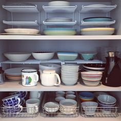The tableware storage in the kitchen is an indispensable part. At present, the tableware storage items commonly used include chopsticks cages, sideboards,