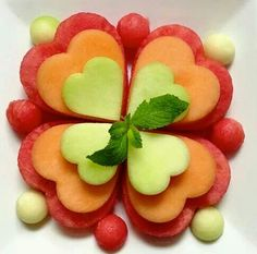 Elegant way to serve melon. Could serve on individual plates (3 melon hearts). Food Garnishes, Garnishing, Food Humor, Fruit Art Kids, Fun Fruit, Fruit Food, Fruit Salads, Kids Meals, Leaf Clover
