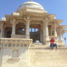 Pequeno tumulto da ex rainha da Índia. Coisa pequena. Até parei pra dar uma descansada de tanto degrau. by ivegaya. udaipur #globetravel #mochileira #saipradarumrole #india_gram #tomb #travelalone #cemitery #viajarfazbem #cemiterio #royaltomb #instapic #travelphotography #itravelalone #travelpic #india #iphone #exploremore #backpack #triplife #backpacking #tumulo #rajasthan #traveling #iphone5c #viagem #travellover #royal #love #TagsForLikes #TagsForLikesApp #TFLers #tweegram #photooftheday…