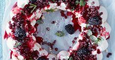Marenkikranssi on näyttävä ja helppo jouluinen jälkiruoka. Tässä reseptissä marengin makeutta tasapainottavat mascarpone-rahkatäyte ja kirpsakka puolukka.