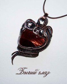 Кулон с бычьим глазом выполнен из патинированной меди в технике wire wrap. Bull-eye pendant made of patinated copper in wire wrap technique.