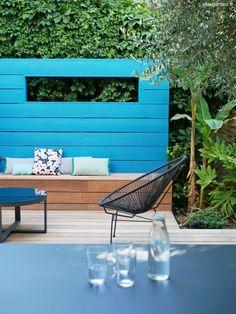 °° Un mur bleu dans le jardin °° - °°lejardindeclaire°° Architectural Features, Blue Walls, Outdoor Pool, Outdoor Furniture, Outdoor Decor, Color Combos, Landscape Design, Bench, Exterior
