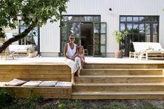 – Valerie Aflalo – Back yard patio Casa Patio, Small Backyard Patio, Backyard Patio Designs, Pergola Designs, Small Deck Designs, Backyard Pergola, Backyard Landscaping, Metal Pergola, Wooden Pergola