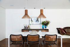 Decoração, decoração de apartamento, decoração para apartamento, decoração moderna, decoração clean, apartamento moderno, apartamento clean, sala de jantar, mesa branca, mesa de jantar branca, Cristais Cád'Oro, vaso, vaso com flores, flores.