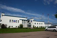 O edifício transmissor da Radio Canada International, Sackville, NB.Mas é rádio de ondas curtas mesmo relevante na era da Internet?