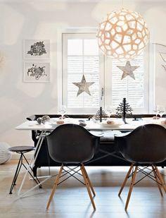 Pretty christmas dining room in Copenhagen home Modern Christmas, Christmas Home, Danish Christmas, Scandinavian Christmas, Black Christmas, Christmas Ideas, Christmas Windows, Xmas, Natural Christmas