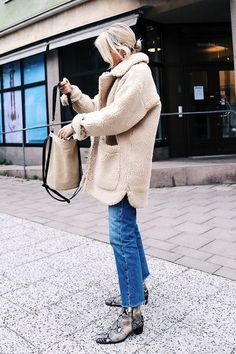 Street Style_ stone colour sherpa outerwear paired with denim & faux snake skin ankle boots Fashion Week, Look Fashion, Net Fashion, Fashion Mode, Fashion Photo, Fashion Tips, Fall Winter Outfits, Autumn Winter Fashion, Textiles Y Moda