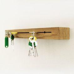 Schlüsselsuche ade! Eine Nut, 2 Bohrlöcher und das schlichte Eichenkantholz wird zum Schlüsselbrett mit Hausbriefkasten. Den Schlüssel in den Schlitz gesteckt und der Bund hält durch das Verkanten. Für sperrige Autoschlüssel gibt es die Rundlöcher. Durch diese wird das Brett auch gleich an die Wand geschraubt. Und oben drauf ist Platz für Post. Maße: 36 x 4 x 6 cm