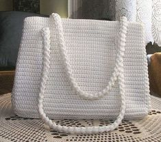 Gorgeous in White. Can attach a different color flower every time you use it. Crochet Handbags, Crochet Purses, Crochet Art, Crochet Patterns, Mochila Crochet, Crochet Backpack, Kids Bags, Knitted Bags, Handmade Bags