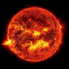Éruption du soleil sur son côté gauche, le 20 juin 2013, avec une éjection de masse coronale axée sur la terre. Un phénomène solaire qui peut envoyer des milliards de tonnes de particules dans l'espace pouvant atteindre la terre un à trois jours plus tard. Ces particules peuvent affecter les systèmes électroniques des satellites.  ©NASA