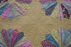 Dresden plates quilt. And what a beautiful pattern. Wow....